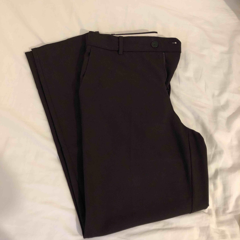 Bruna kostymbyxor ifrån mango inköpta för 499kr, använda 1 gång. Kommer ej till användning eftersom dem inte sitter fint på mig. Passar 36 också. Frakt tillkommer.. Jeans & Byxor.