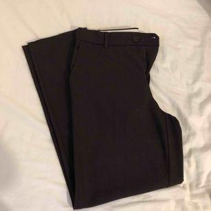 Bruna kostymbyxor ifrån mango inköpta för 499kr, använda 1 gång. Kommer ej till användning eftersom dem inte sitter fint på mig. Passar 36 också. Frakt tillkommer.
