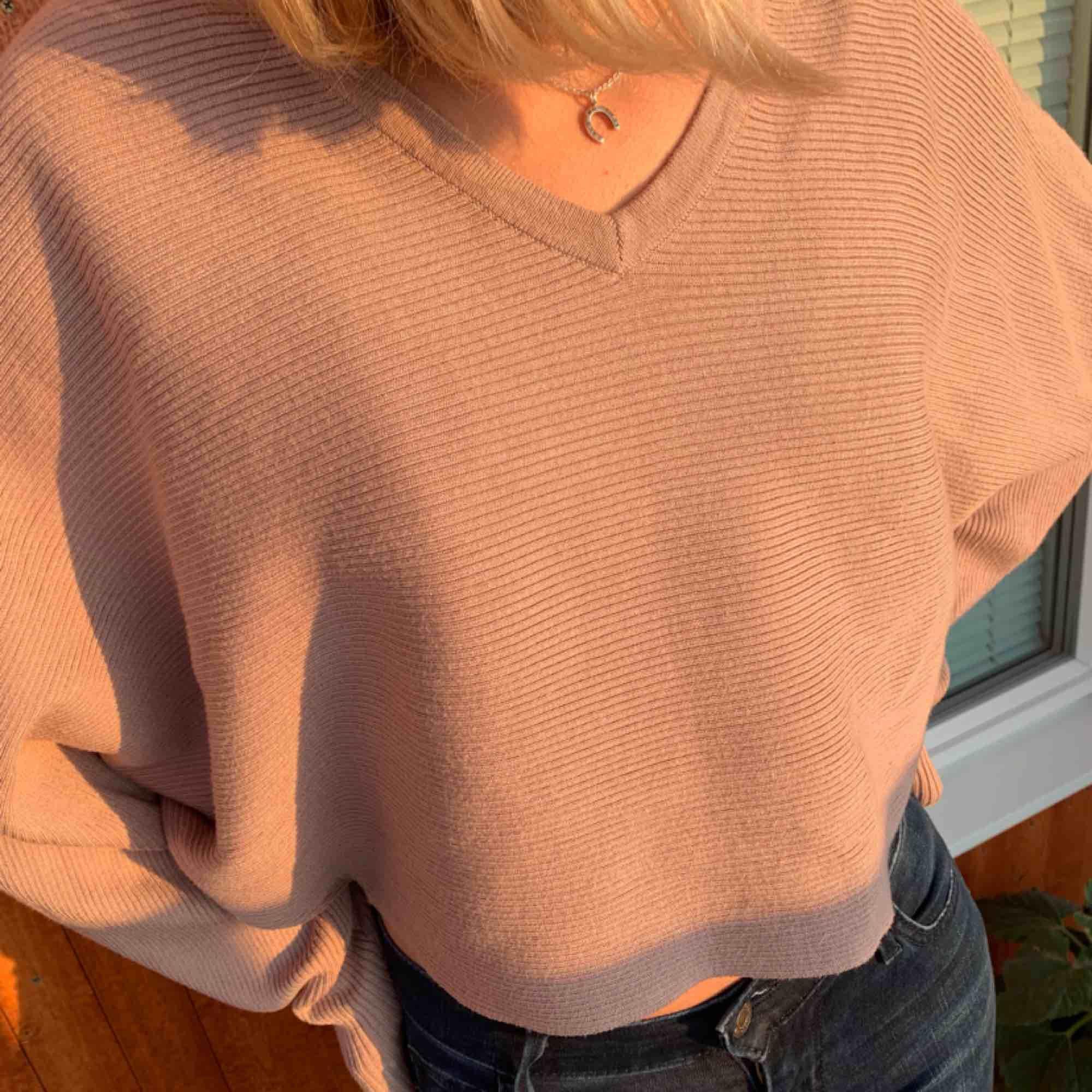 Snygg tröja från nakd kortare modell med typ utsvängda ärmar, sjukt skönt material! Frakt tillkommer . Tröjor & Koftor.