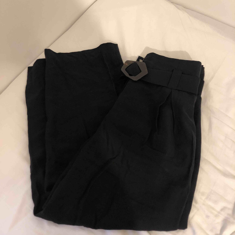 Svarta linnebyxor ifrån mango. Inköpta för 499kr, använda 3/4 gånger. Frakt tillkommer.. Jeans & Byxor.