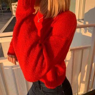 Snygg röd stockad tröja från hm lite kortare modell! Frakt tillkommer