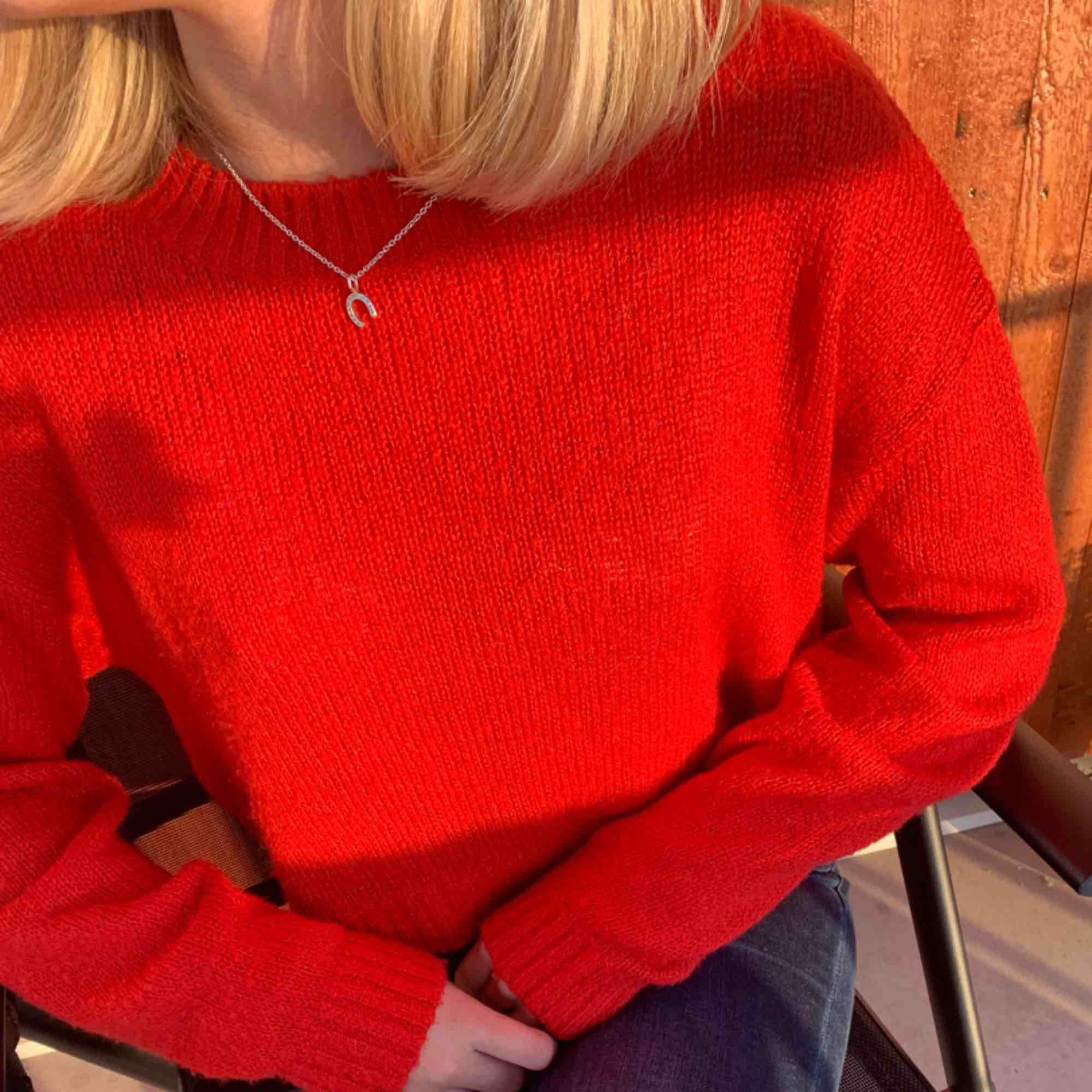 Snygg röd stockad tröja från hm lite kortare modell! Frakt tillkommer. Stickat.