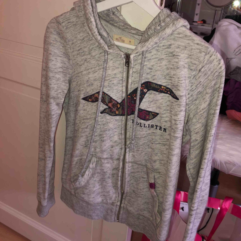 Hollister tröja/hoodie/kofta. Är mer som XS/S. !. Huvtröjor & Träningströjor.
