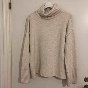 Stickad tröja inköpt ifrån nelly men märket är topshop. Köpt för 449kr, sparsamt använd . Frakt tillkommer. (Har en klänning i samma modell och matrial , klänningen går ner till knäna på mig som är 156cm)
