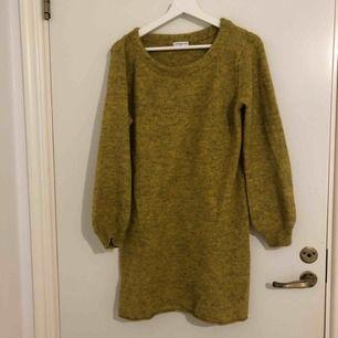 Finstickad tröja ifrån märket Jacquline de yong. Plockade bort prislappen lite för tidigt, den har legat och dammat i garderoben sen den köptes. Frakt tillkommer.