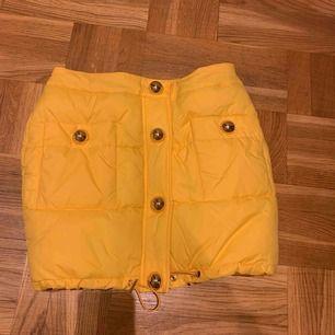 HM x Moschino-kjol, endast testad, säljer då den är för liten för mig.