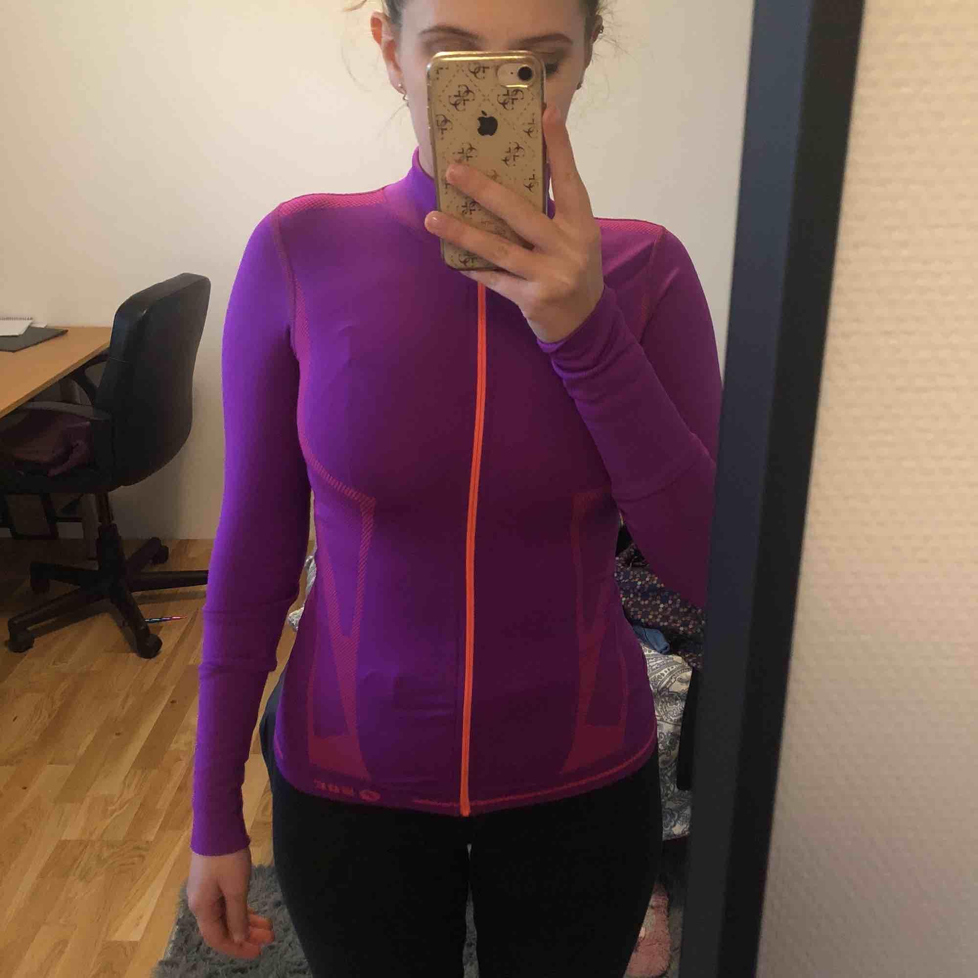 Öanvänd!!!! Perfect for de som gillar sport eller att springa 💓💓💓 Priset kan diskuteras. Frakt tillkommer.. Huvtröjor & Träningströjor.