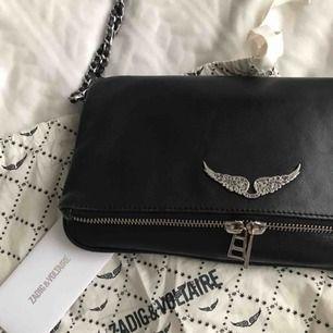 Säljer min Zadig Voltaire rock bag. Väskan är i nyskick och säljs för att jag längre inte använder den så ofta. Väldigt fint skick, därav priset!   Nypris: 320€ ~ 3 400 kr Mitt pris: 2 600kr