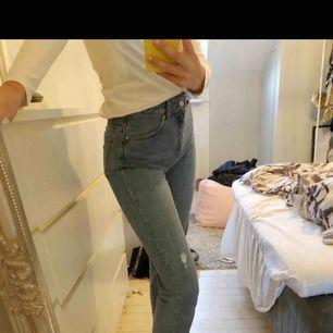 Säljer ett par så snygga jeans från zara på grund av att det är för korta :( gylfen är inte sönder utan jag har satt dit en nyckelring för att den inte ska åka ner, men man kan ta av den fast den syns inte när man har på dem. Köparen betalar frakt