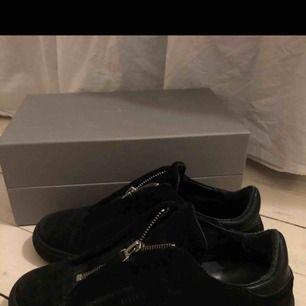 Säljer ett par så snygga axel arigato skor i svart mocka som behöver en ny ägare. Använt de mycket vilket gjort att mockan är lite ljusare men fortfarande bra skick. Frakt ingår