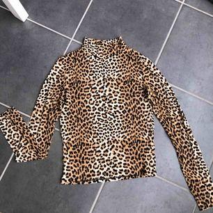 Långärmad polotröja med leopardmönster. Super skönt och stretchigt material. Storlek S✨ Skick: Som ny!  Köparen står för frakten