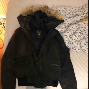 En fin canada goose jacka perfekt nu till vintern, jackan är i den korta modellen och köpt för två år sen. Original priset 10000 och helt äkta