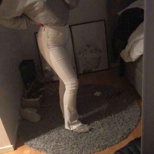 Säljer dessa skit snygga vita utsvängda jeansen ifrån zara! Aldrig använda och därför i topp skick.
