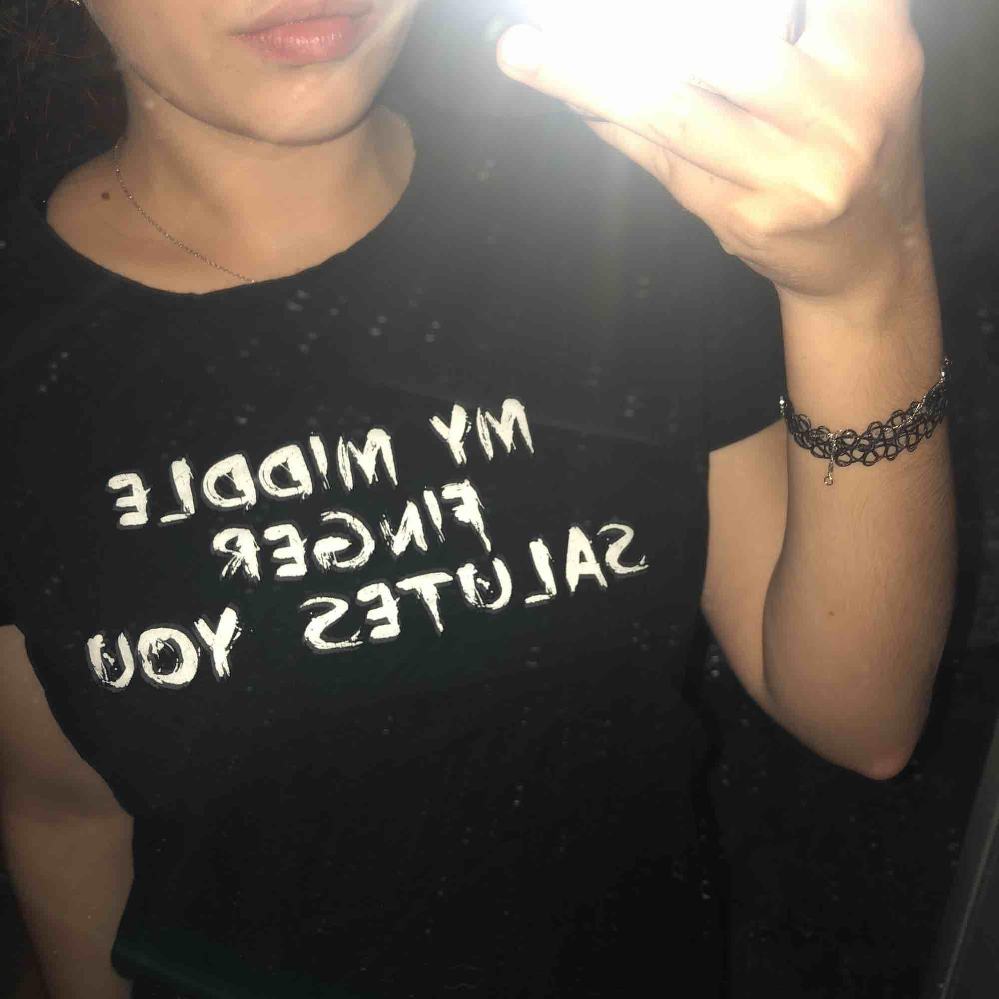 """T-shirt med """"My middle finger salutes you"""" på. Oanvänd. Frakt tillkommer ❤️. T-shirts."""