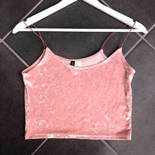 Ett skimrigt, rosa linne ifrån h&m. Storlek S✨ Bra skick, helt som ny då den aldrig kommit till användning. Material: Skönt och stretchigt. Frakt tillkommer