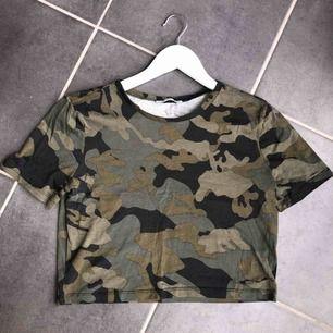 En snygg militär t-shirt ifrån Zara, storlek S. Bra skick, endast använd en gång. Köparen står för frakten