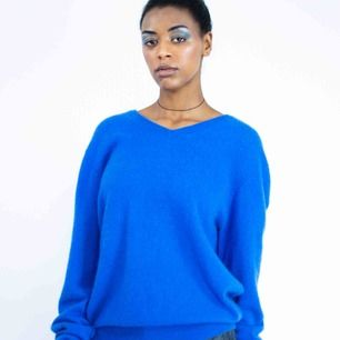 Unisex cashmere sweater in bright blue size XL SIZE Label: XL, fits best L-XL, but can be worn as oversized S-M Model: 169/S Measurements: Length: 70 cm pit to pit: 57 cm Free shipping