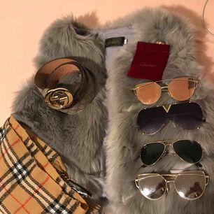 Allt på bilden är till salu Glasögon 100 kr/st Cartier ringen 100kr Gucci bälte 300kr Grå väst 150kr Burberry halsduk 80kr