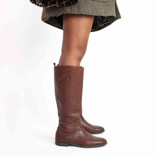 Tommy Hilfiger knee high real leather boots in brown size 39 A visible scratch on the right shoe, no anti slippery protection SIZE Label: 39 EU, feels like true to size Model: 169/39 (shoes) Measurements: Foot: 27 cm Ankle: 29 cm Shin: 40 cm Height: 41 cm