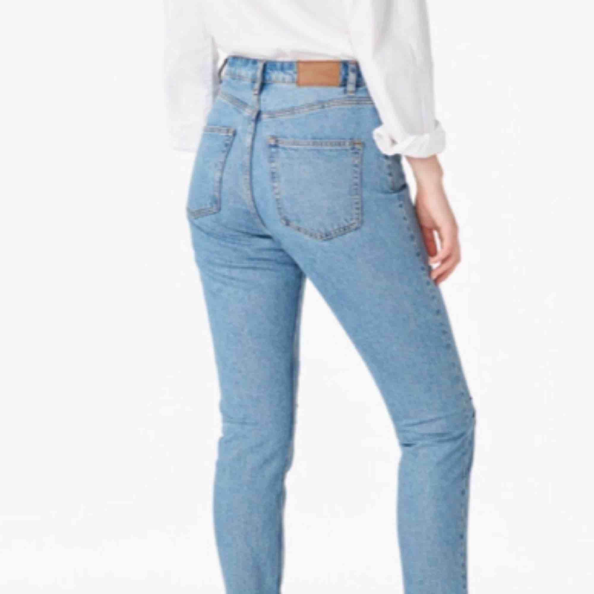 Skit snygga mom jeans i strl 31 (ungefär medium) 😍 oanvända!! Bra skick ✨💓 ljus färg, högmidjade. Kontakta för fler bilder! . Jeans & Byxor.