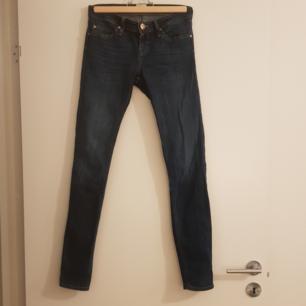 Tajta jeans, stuprör, stretch, låg midja. Från Lee