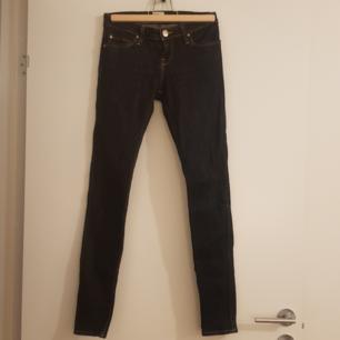 Tajta jeans, stuprör, stretch, mörkblå, låg midja. Från Lee