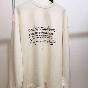 Oversize benvit PUMA x FENTY tröja med broderade detaljer.  Asmysigt gostyg inuti och nästan nyskick, använd kanske 2 ggr.