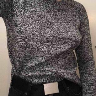 Stickad vit- och svartmelerad tröja från h&m i något boxig modell. Möts upp i Stockholm, vid frakt står köparen för denna.
