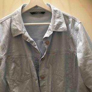 Supersnygg ljusblå jeansskjorta/jacka köpt second hand! Själv har jag bara använt den ca 2 gånger men finns inte plats för den i garderoben längre:-(