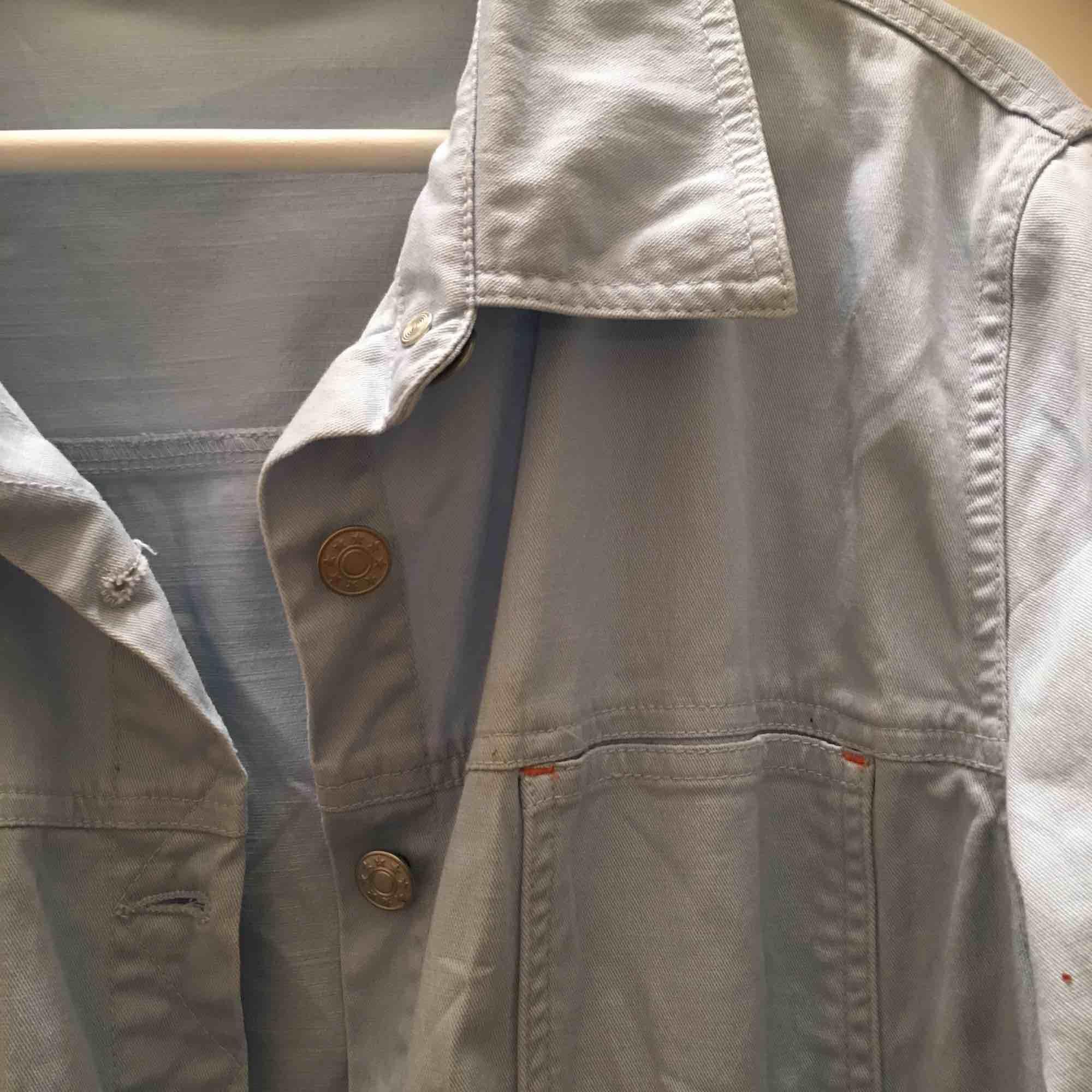 Supersnygg ljusblå jeansskjorta/jacka köpt second hand! Själv har jag bara använt den ca 2 gånger men finns inte plats för den i garderoben längre:-( . Jackor.