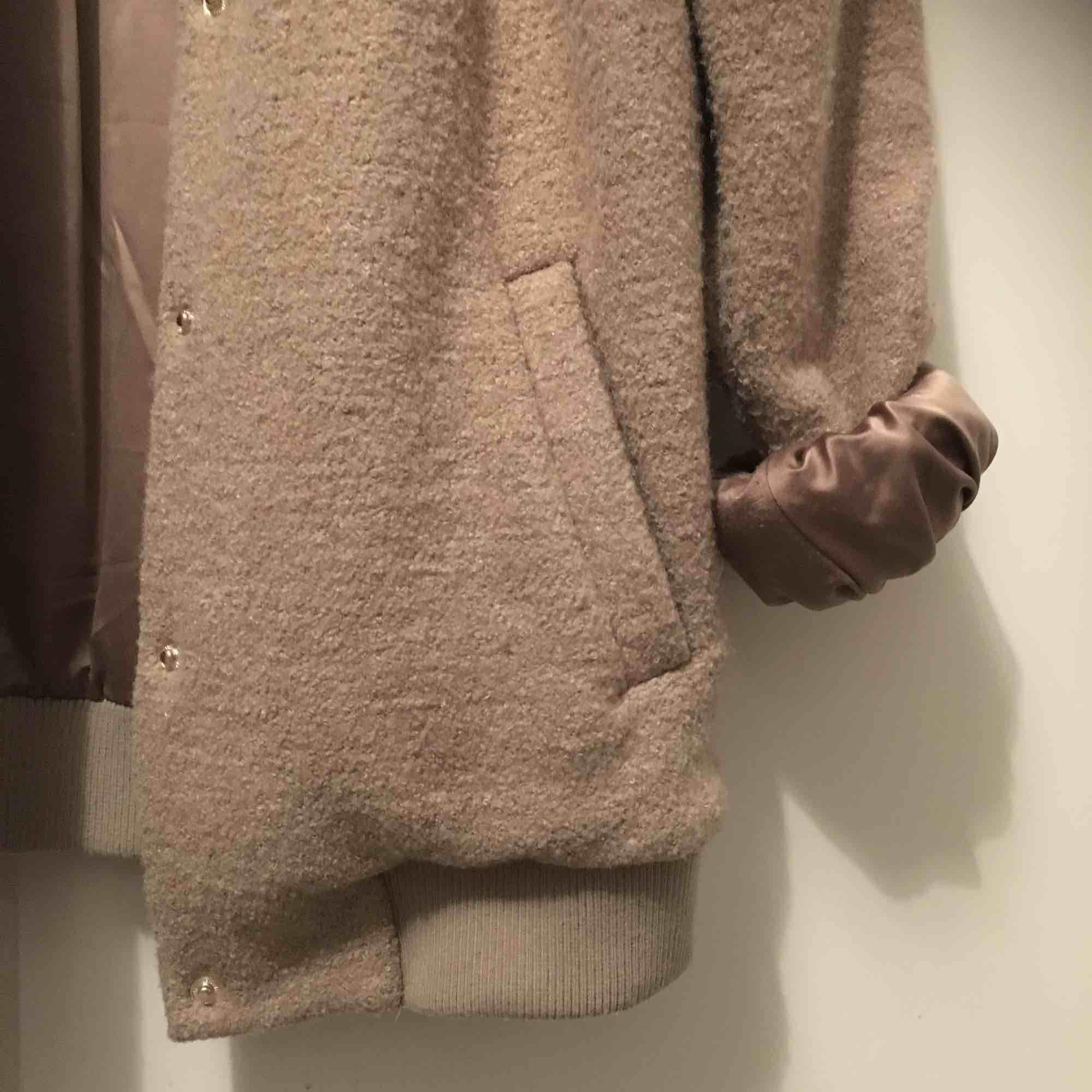 Snygg jacka från BikBok med glansigt material inuti och gosigt material utanpå! Är storlek S men är rätt oversized på mig:-). Jackor.