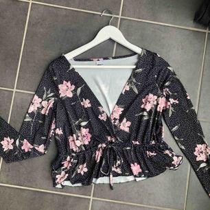 En marinblå långärmad tröja ifrån Gina, storlek S.  Skick: Aldrig använd, helt som ny! Material: Skönt och stretchigt material. Detaljer: Vita prickar, rosa blommor och även ett band i midjan man kan dra åt.  Frakt tillkommer✨
