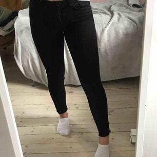"""Avklippta tighta jeans från gina tricot, modellen """"Emma"""" (små i storlek). Möts upp i Stockholm. Vid frakt står köparen för denna."""