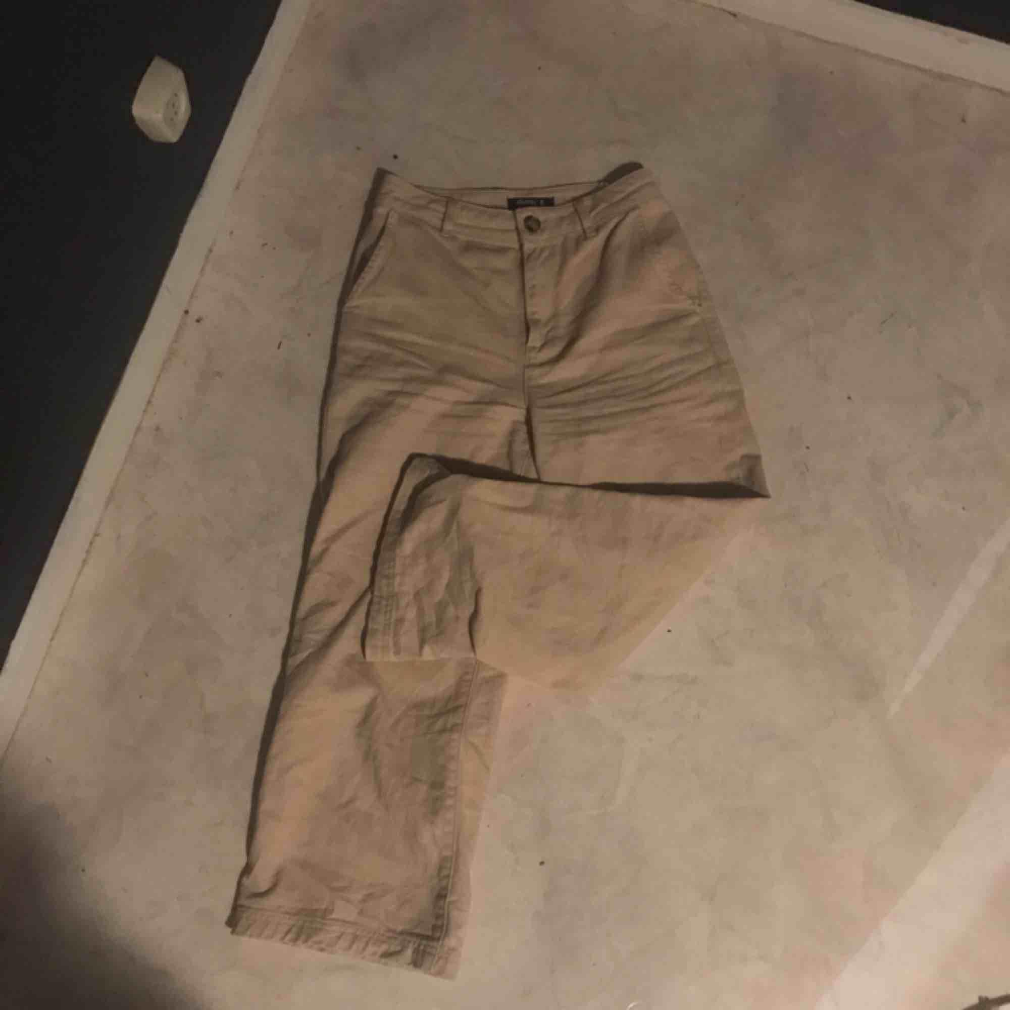 Supersnygga byxor köpta här på Plick men för stora tyvärr, köpte för ca 200 här så vet inte nypris. Byxorna är i den korta modellen:) eventuell frakt. Jeans & Byxor.