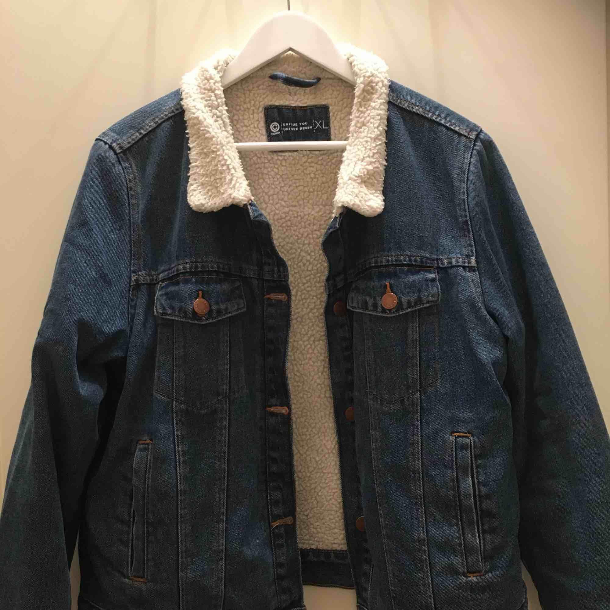 Skitsnygg jeansjacka med luddig insida🤩 har varit en favorit länge nu men det är dags att gå vidare! Är storlek XL men sitter snyggt oversized på mig som vanligtvis har S:-). Jackor.