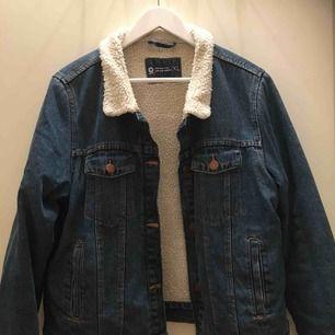 Skitsnygg jeansjacka med luddig insida🤩 har varit en favorit länge nu men det är dags att gå vidare! Är storlek XL men sitter snyggt oversized på mig som vanligtvis har S:-)