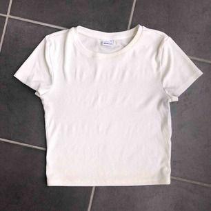 En vit ribbad, basic t-shirt ifrån Gina, storlek S. Använd ett antal gånger.👚 frakt 59kr