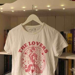 Snygg tshirt i lite kortare modell, dessvärre hål vid ena ärmen(se bild tre), och därav det billiga priset. Är i L men passar även M. Snygg att ha med en mesh-tröja under. Köparen står för frakten😊