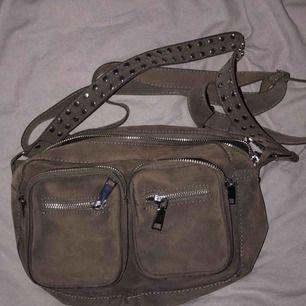 Säljer min älskade noella väska! Köptes i våras på TWO ANGELS men kommer tyvärr inte till användning längre :( Det är den mindre modellen och är köpt för 700kr. Färgen är lite mer åt det grå hållet än bruna, alltså ger inte första bilden riktig rättvisa.