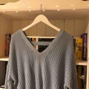 Fin stickad tröja från Gina Tricot med detalj i ryggen. Väl använd men fortfarande i fint skick. Köparen står för frakten!