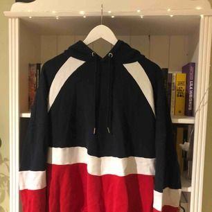 Fin hoodie från H&M i storlek M. Väl använd men i fint skick. Köparen står för frakten!
