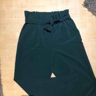 Fina byxor från Bik Bok. Färgen ges rättvisa på första bilden. Använda men i fint skick. Köparen står för frakten!