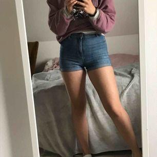 Högmidjade tighta shorts från h&m divided som sitter SÅ snyggt på. Möts upp i Stockholm. Vid frakt står köparen för fraktkostnad.🥳