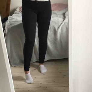 """Snygga tighta lågmidjade jeans modellen """"Alex"""" från gina tricot. Välanvända men fint skick! Möts upp i Stockholm. Vid frakt står köparen för kostnaden.🥰"""