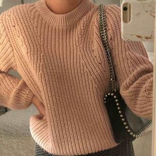 Rosa/beige stickad tröja, super mysig & skön. Knappt använd.  Frakt tillkommer 🌸