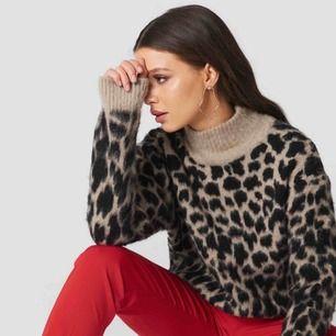 Säljer min leopard tröja. I fint skick.  Skulle säga att den sitter som S/M men fungerar som XS också.