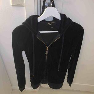 Jätte fin juicy couture tröja som jag tyvärr inte kan ha längre, lite skav på ena snöret därav priset
