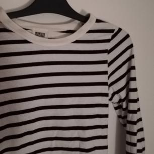 Supergo långärmad svartvit tröja från Weekday! Köpt här på Plick, men säljer vidare då den tyvärr inte passade mig! Frakten ingår i priset ✨