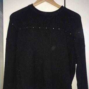 - Lite kortare modell av stickad tröja - coola runda nitar  - strl xs - färg: svart