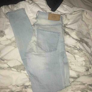 Super snygga jeans som sitter jätte skönt och formar bra. Storlek s/m Liknar jeggings i materialet. Knappt använda Mellanmidjade men ganska höga.